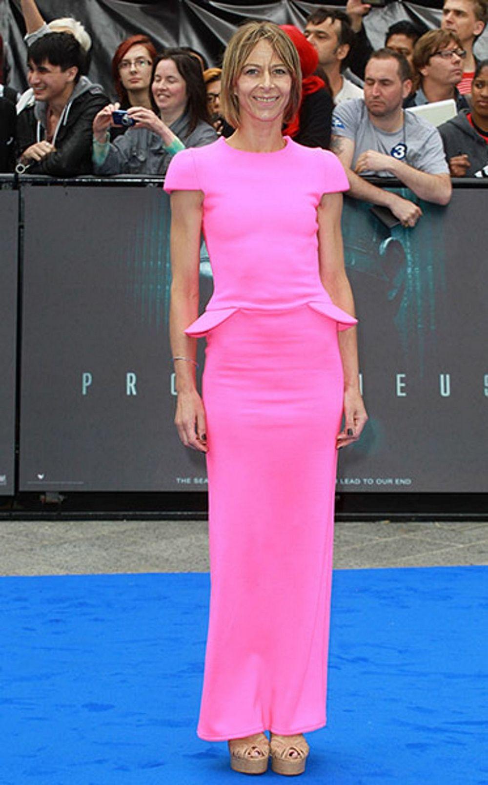 Обтягивающее розовое платье